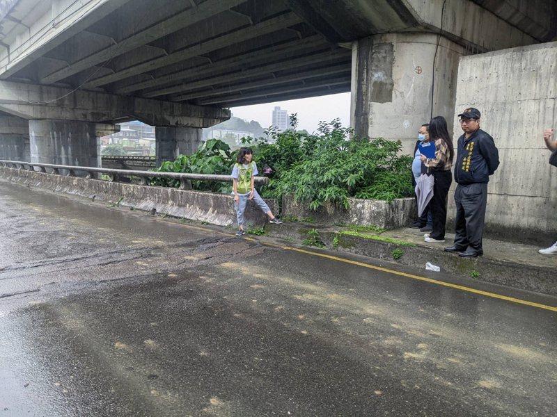 汐止新台五路橋下的保長坑橋伸縮縫龜裂坑洞嚴重,市議員周雅玲要求補強改善,保障行車安全。 圖/觀天下有線電視提供
