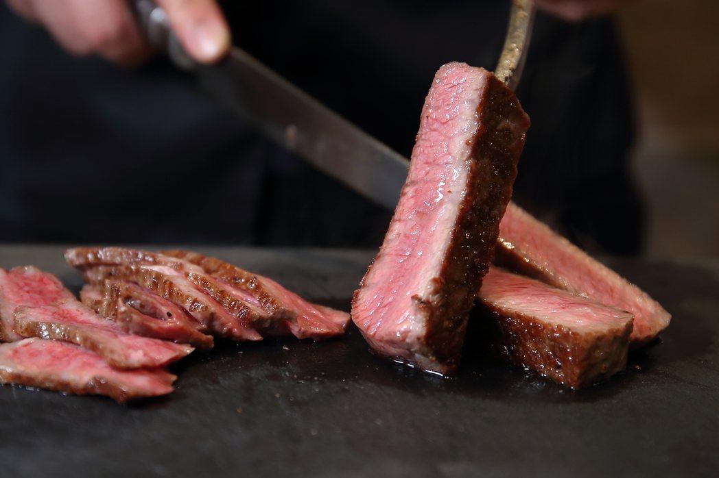 塊燒後的肉塊,也可視肉質狀態,以角切、片切的方式呈現。記者陳睿中/攝影