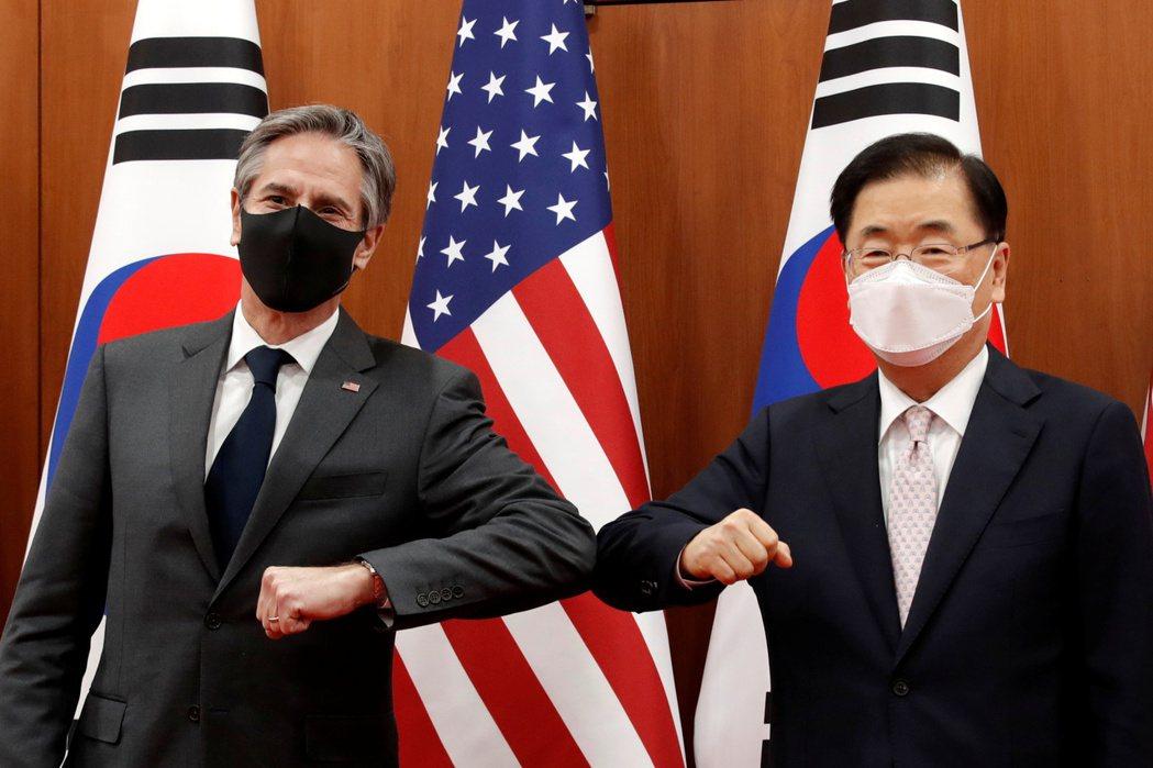 美國國務卿布林肯(左)十七日在首爾與南韓外長鄭義溶(右)會談前合影。路透
