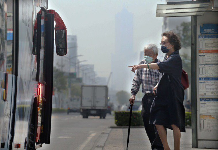 自從新冠肺炎爆發後,戴口罩成為民眾的防疫新生活習慣。本報資料照片