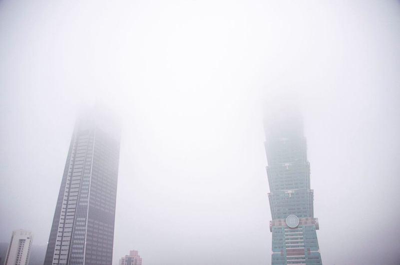 台北市天空一片霧茫茫。圖/取自台北市長柯文哲臉書