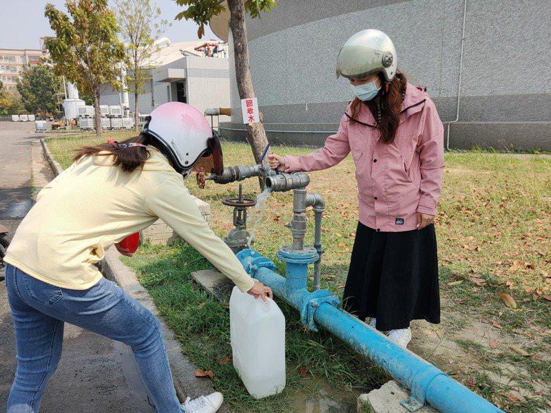 政府鼓勵民眾自行取用汙水廠回收水,但取水點不普及,民眾為了運水,得騎著機車進入範圍廣大的汙水廠取水。記者蔡容喬/攝影