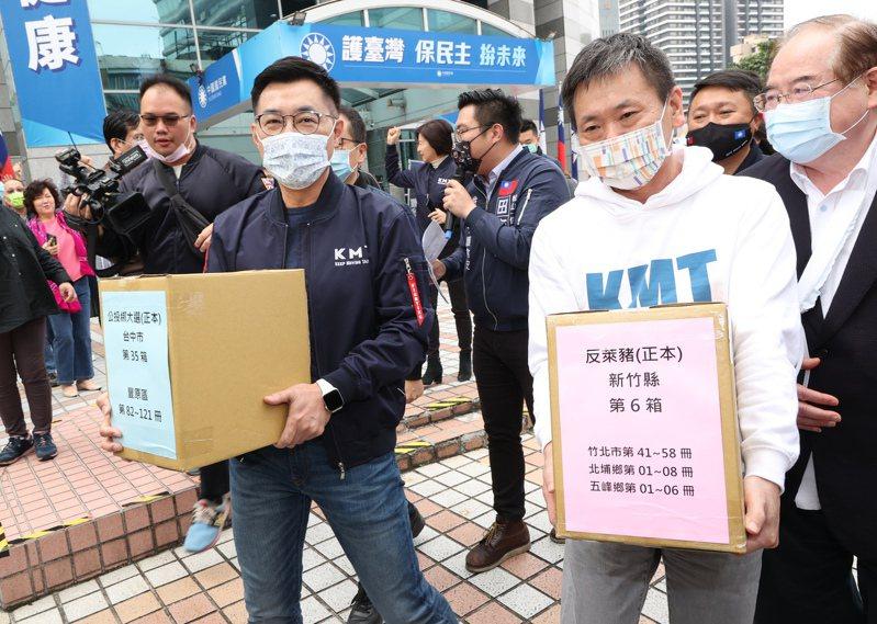 國民黨9日送出兩公投案共一百零五萬份連署書,主席江啟臣(左)與公投領銜人林為洲(右)抱著連署書上車到中選會。圖/聯合報系資料照片