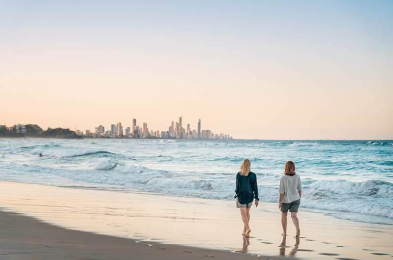 昆士蘭黃金海岸有著明媚的陽光、連綿的白色沙灘、湛藍的海水,不儘是澳洲第六大城,也是國際著名的觀光都市。  圖/昆士蘭旅遊局提供