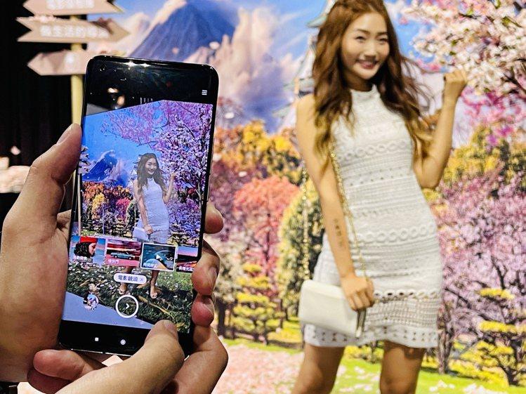 小米11內建6款AI電影特效一鍵即可套用,手機即可輕鬆拍出電影級大片。記者黃筱晴...