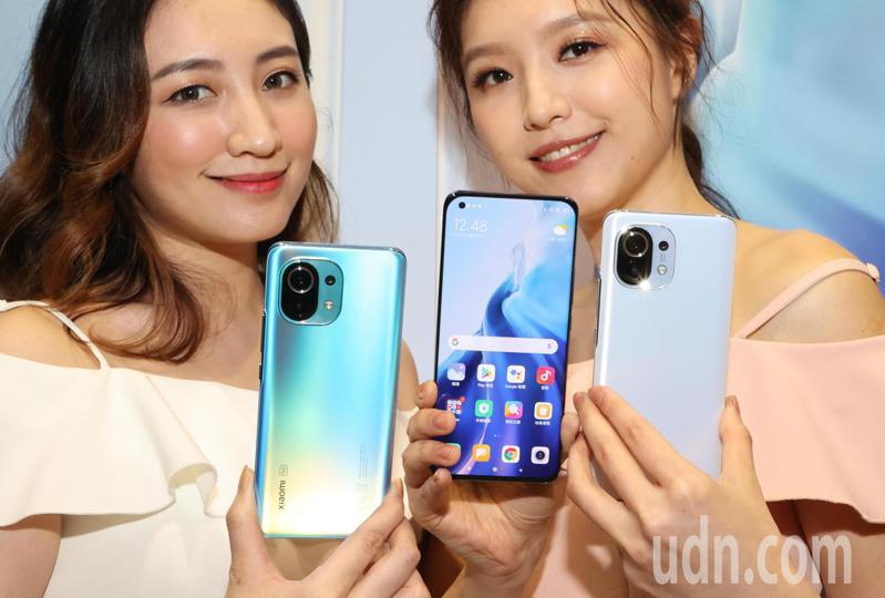 小米台灣今宣布推出全新5G旗艦機「小米11」, 有天際藍、午夜灰、雲朵白3種顏色可供選擇。記者陳正興/攝影