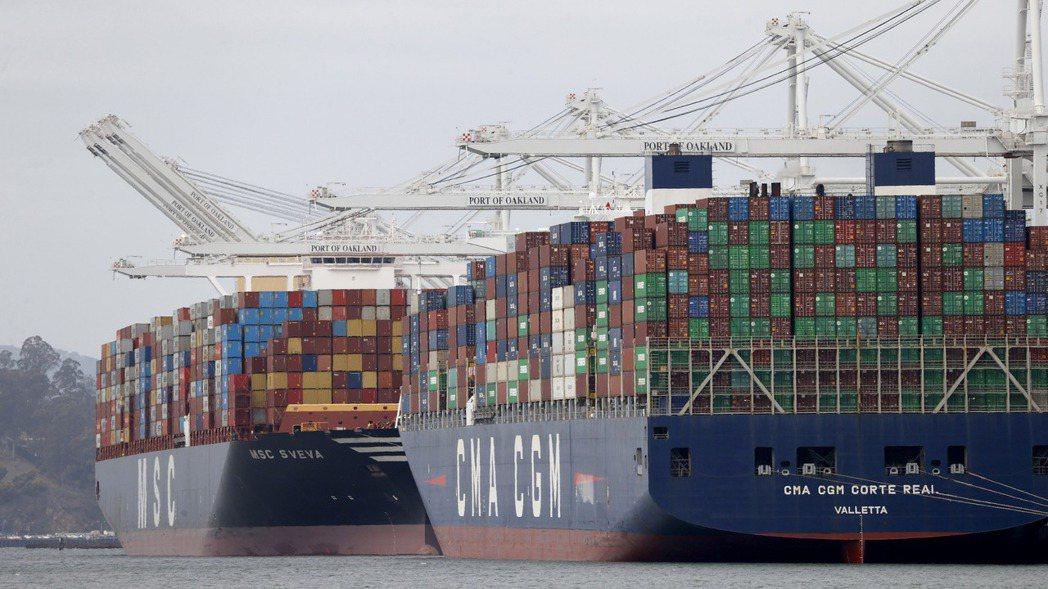 加州洛杉磯港與長堤港壅塞,備援的奧克蘭港支援讓裝滿貨櫃的船停靠卸貨。歐新社