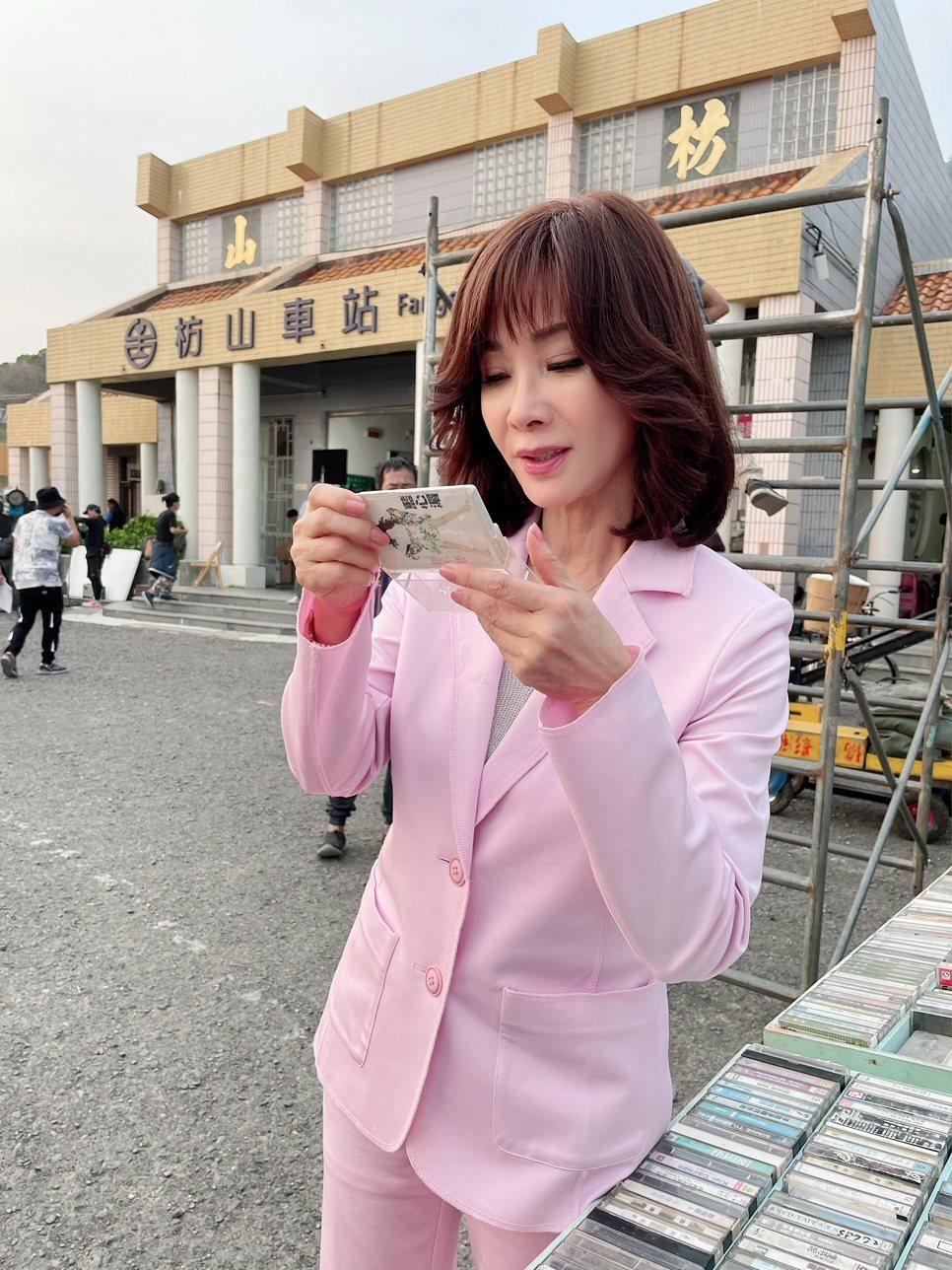 陳美鳳到屏東枋山拍「黃金歲月」,喜見姊妹淘藍心湄的音樂卡帶。圖/民視提供