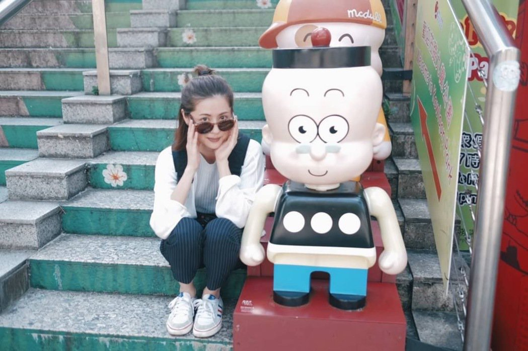 林予晞在九龍公園俏皮與「老夫子」公仔合影。圖/TVBS提供