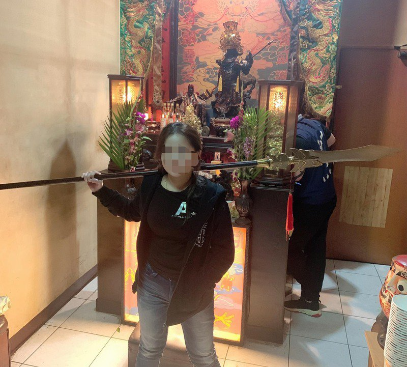 林女扛著趙子龍長槍,嶄露渾身是膽、萬夫莫敵的霸氣。圖/摘自臉書