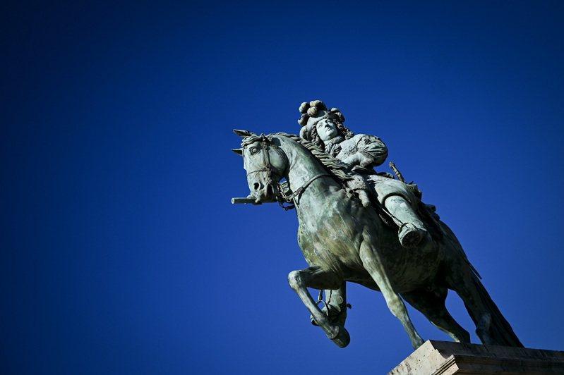 法國凡爾賽宮前的路易十四雕像,攝於2020年4月。路透/Panoramic