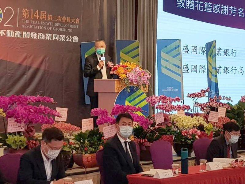 高雄市不動產商業同業公會理事長黃炯輝(後)今在會員大會呼籲政府,打炒房別打錯方向。 記者王昭月/攝影