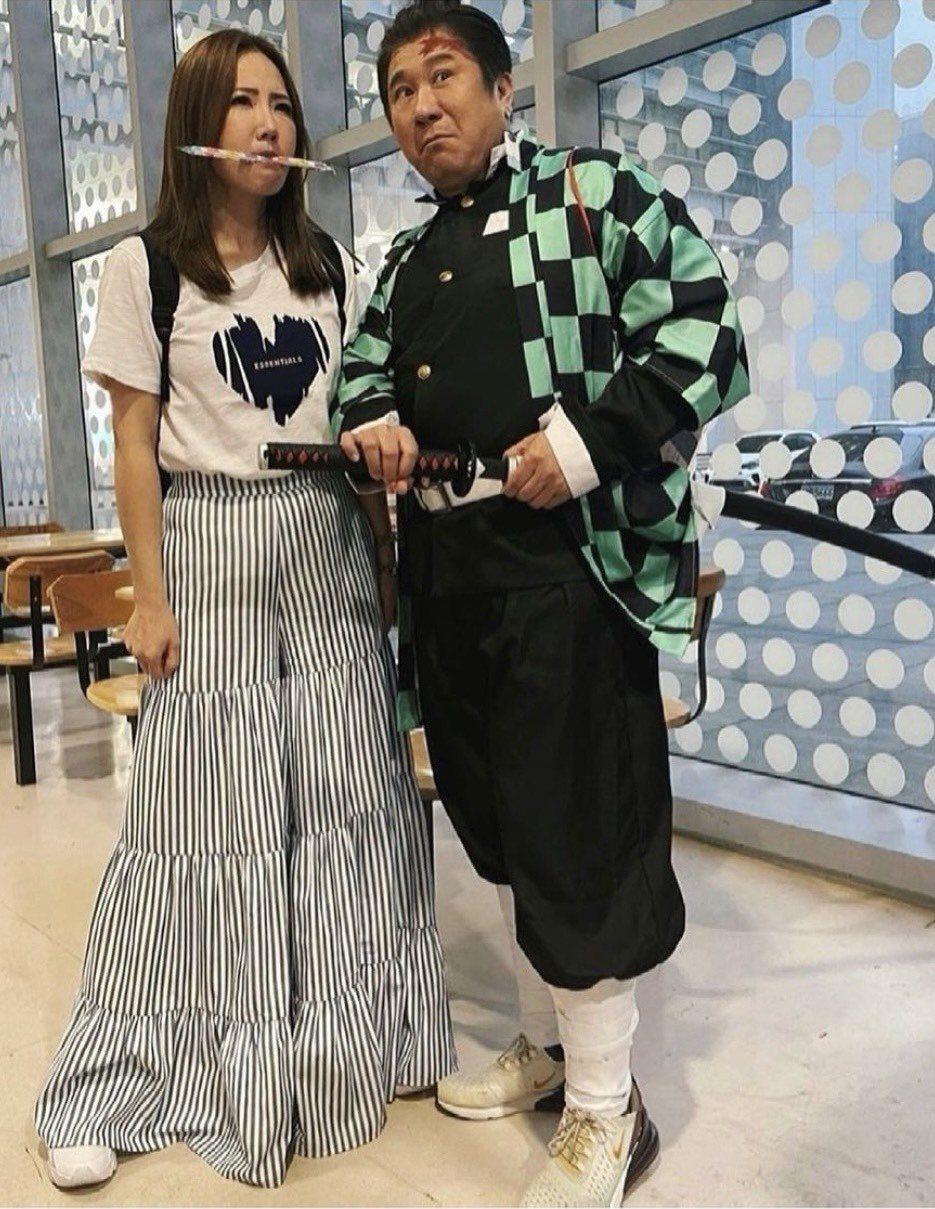 胡瓜(右)在謝忻進「大集合」休息走廊時出來相迎合照。圖/謝忻IG