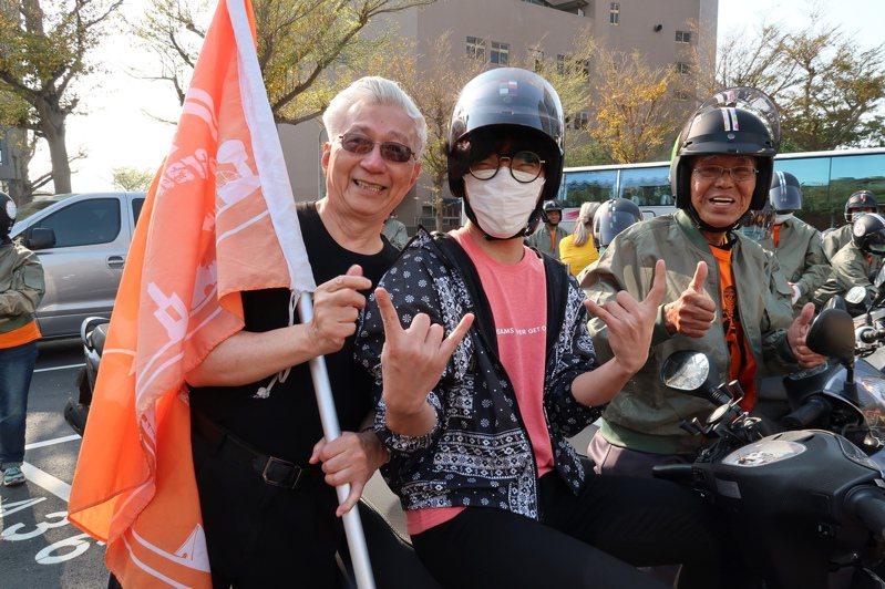 弘道基金會「不老騎士環島團」今天出發,這次有28名平均72歲長輩挑戰1080公里,由公益大使盧廣仲(中)昨天領騎。圖/弘道提供