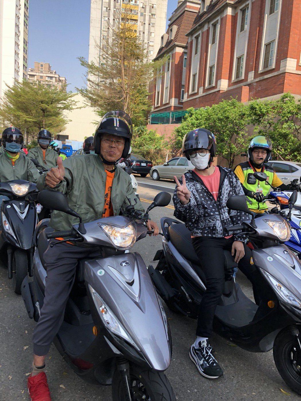 盧廣仲(右)為「伴騎」不老騎士。圖/弘道老人福利基金會提供