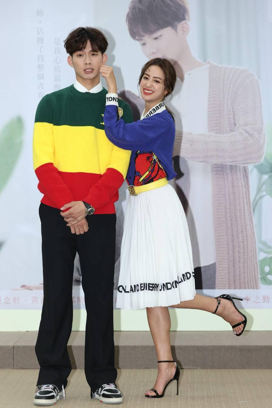 莫允雯(右)、吳念軒在「戀愛是科學」中上演姊弟戀。記者沈昱嘉/攝影