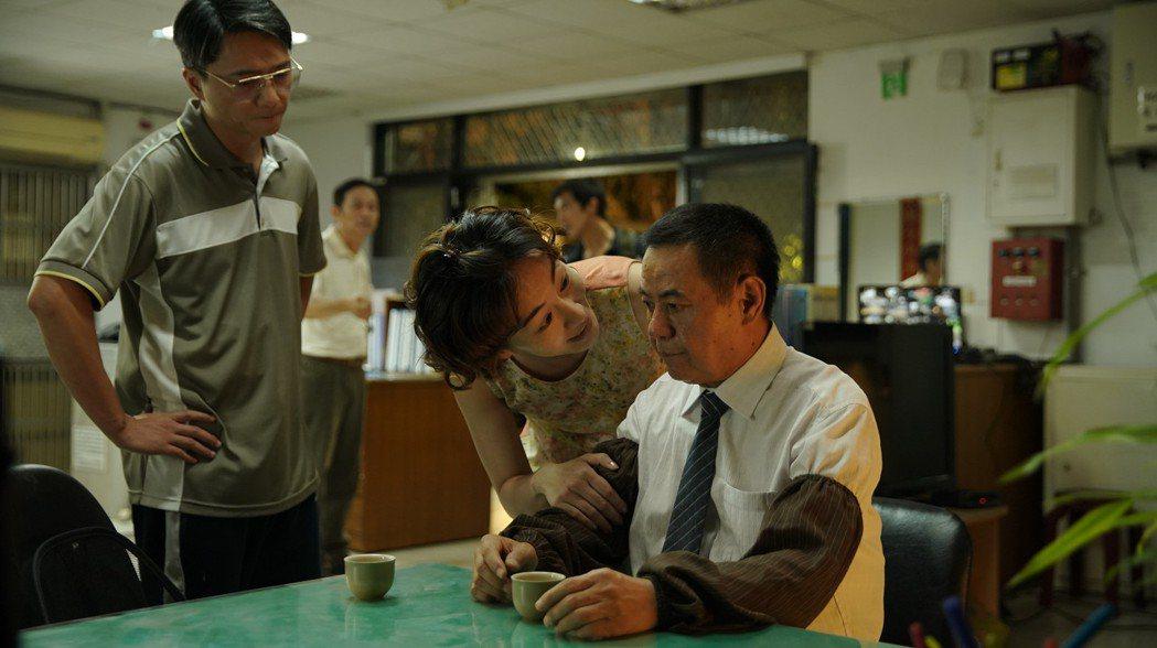 蔡振南(右)在片中飾演邱澤的老父。圖/金盞花大影業提供
