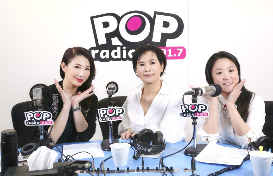 台長林書煒(左起)在節目宣布莊雅清與海裕芬成為新節目「夢想起飛」主持人。圖/PO