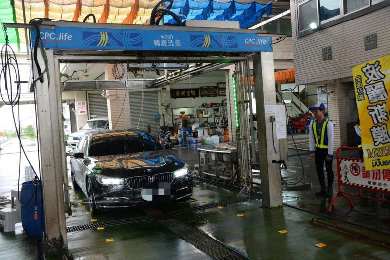 中油宜蘭市中森站斥資400萬,買進日本高科技微電腦智慧型洗車機,配有頂級奈膜洗車和最新科技蜂巢式刷毛,常有各種名車排隊來洗車。圖/中油提供