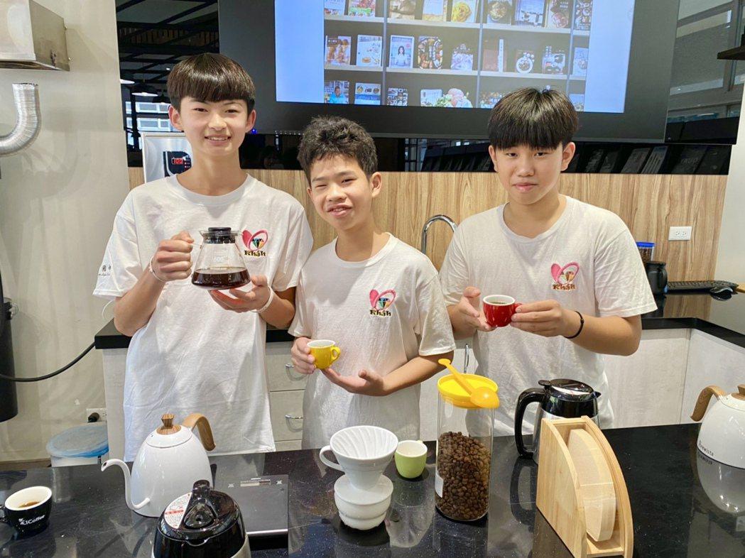 國姓國中為書展活動,特別由學生一秀沖泡咖啡的才藝。記者宋健生/攝影