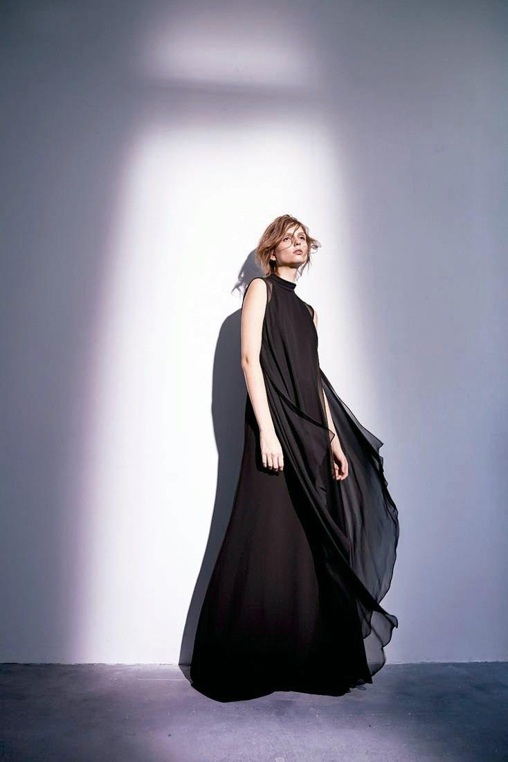 去年開始推出訂製服的HUANG SHU CHI黃淑琦,在台灣設計師專區店裝空間再...