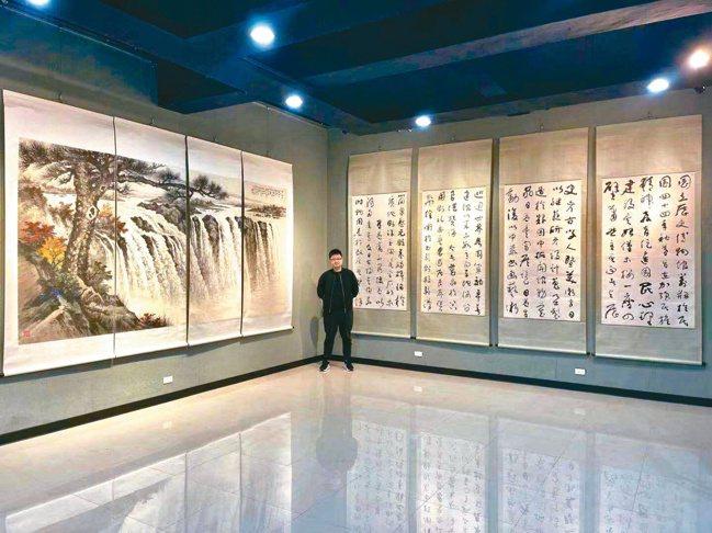 出自于右任的建館記巨幅四條屏(右)與黃君璧的維多利亞大瀑布巨幅通景四屏,是328...