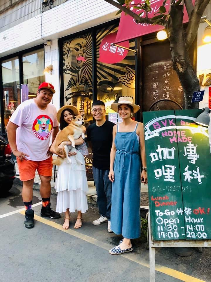 哈孝遠(左)和莎莎(右)一起離開「食尚玩家」。圖/摘自臉書
