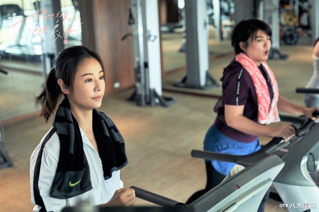 林心如(左)、嚴藝文跑步機上互相較勁。圖/八大提供
