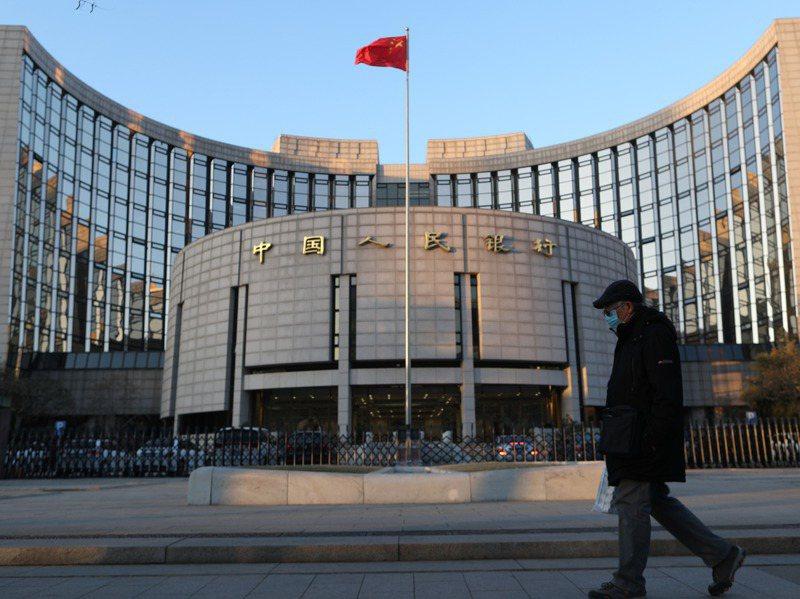 一位民眾經過中國人民銀行(大陸央行)。 中新社