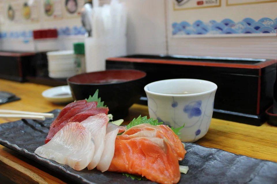 全台瘋鮭魚吃到飽,營養師建議,每周食用兩次深海魚即可,吃生魚片也要節制,除有寄生...