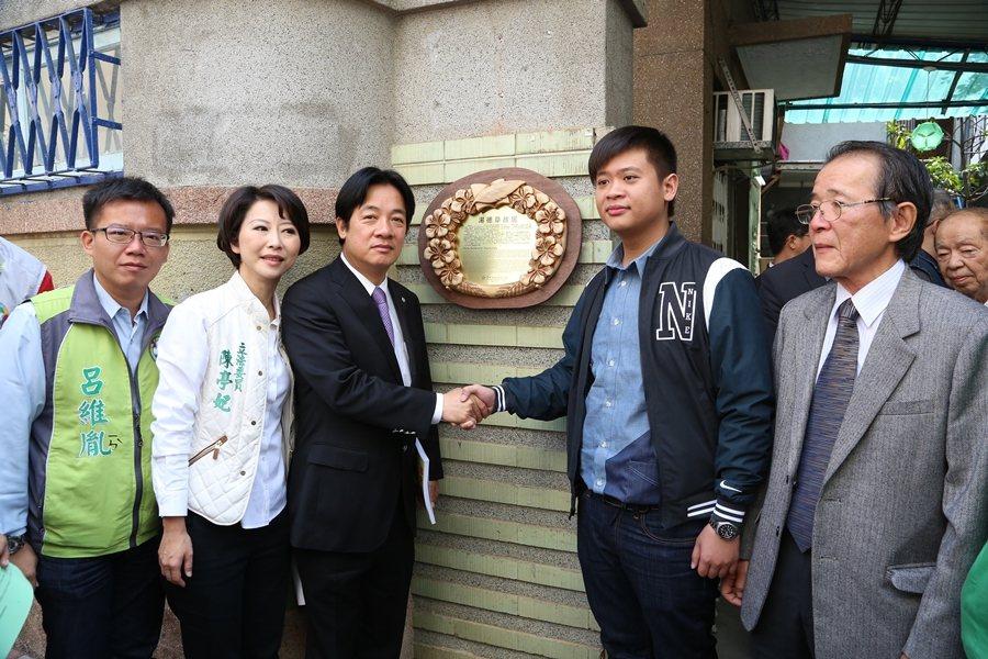 2015年,時任台南市長賴清德為湯德章故居親自掛牌。 圖/聯合報系資料照