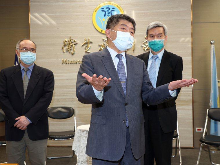 衛福部長陳時中(中)透露「小秘密」,說自己參加國產疫苗臨床試驗,不料健檢時,居然...
