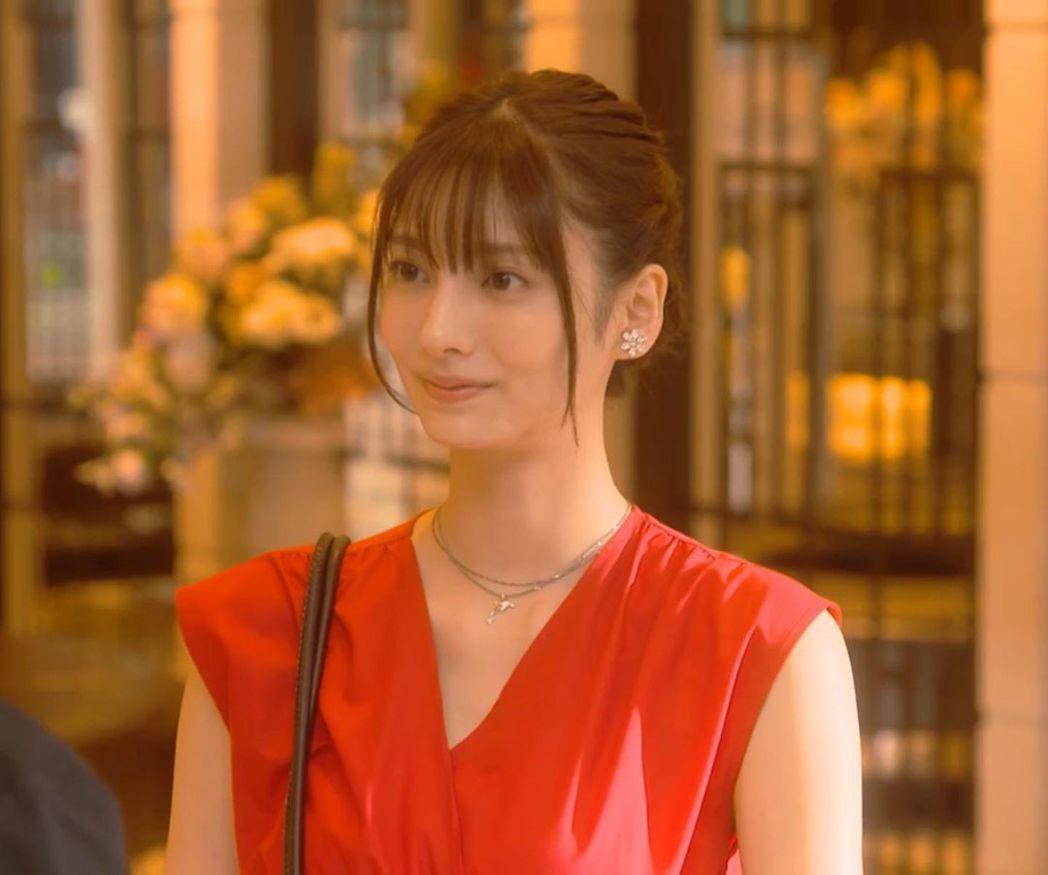 在日劇「錢的盡頭是愛情的開始」飾演「聖德瑪麗亞」一角的星蘭瞳。圖擷取自twitt...