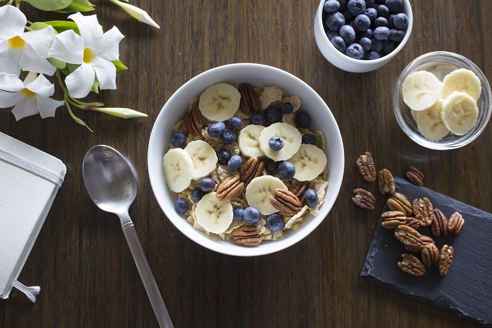 攝取奇亞籽、亞麻仁籽、火麻籽和核桃的綜合食品,能夠確保必需脂肪酸的均衡。 圖/p...