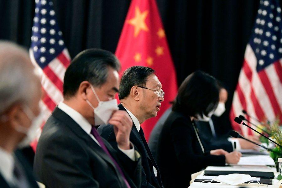 圖為今年3月18日美國拜登政府與中國的第一次外交高級會談,說話者為中共外交領導人楊潔篪。 圖/法新社