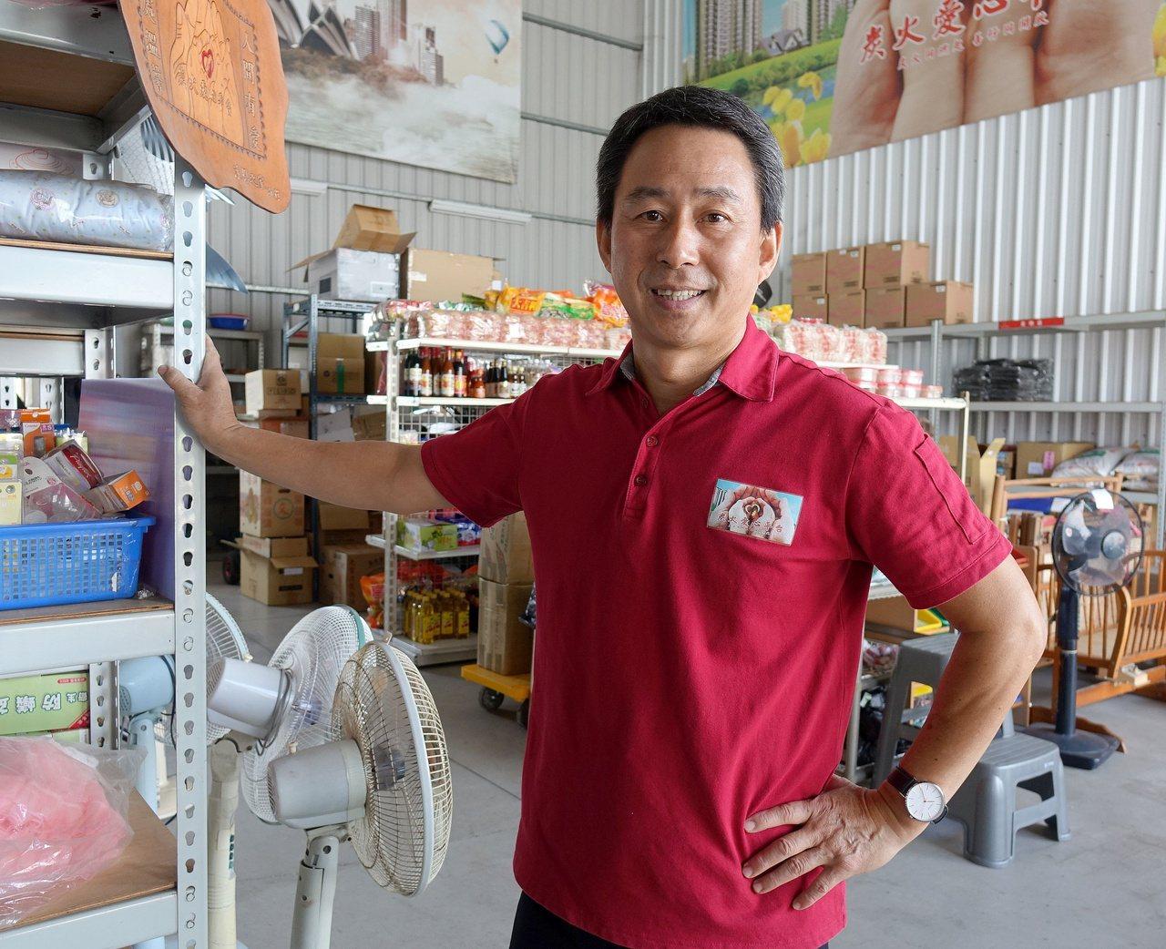 58歲網路「炭火愛心平台」負責人鄭國華用自己的方式做公益。 圖/楊濡嘉 攝影