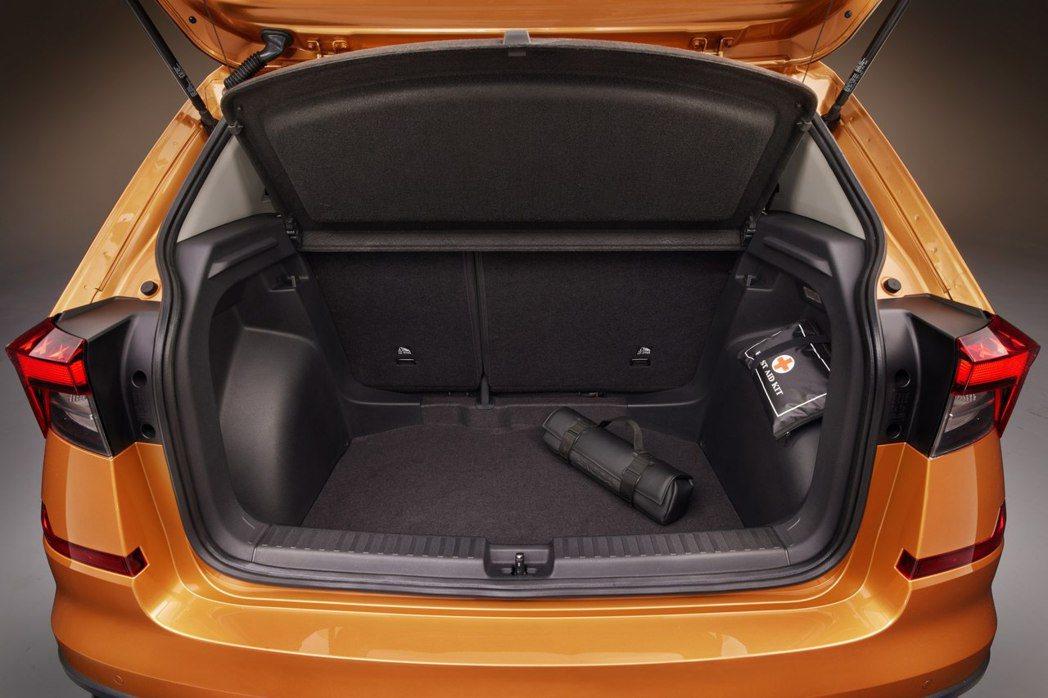 全新ŠKODA Kushaq行李箱在一般情況下擁有385公升。 摘自ŠKODA