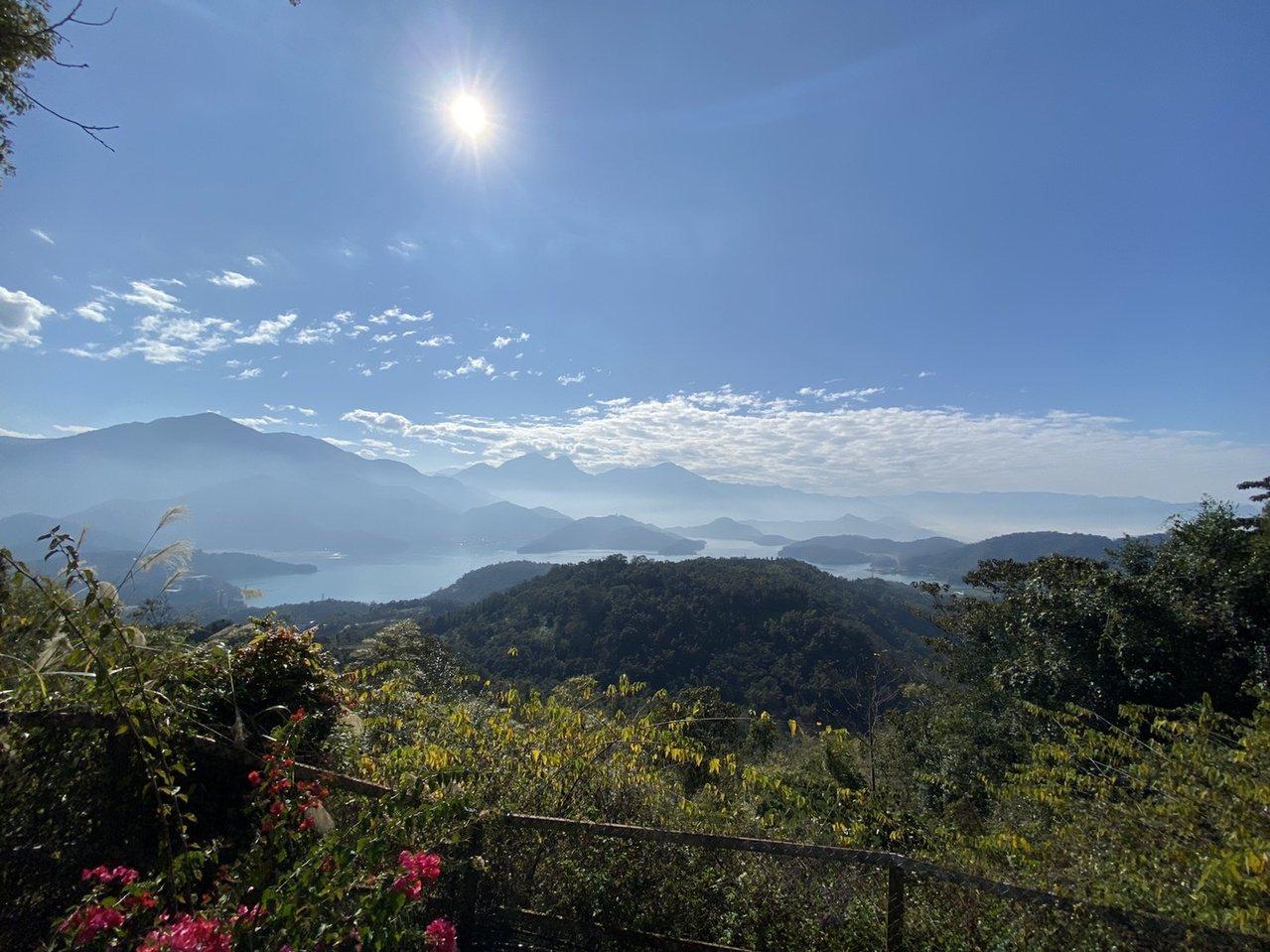 從貓蘭山可欣賞日月潭全景,遠處水社大山巍峨聳立,美如圖畫。 圖/江良誠 攝影