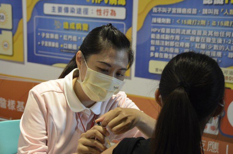 目前政府針對國一女生公費施打HPV疫苗,有些縣市會依各自預算,選擇不同價別的疫苗...
