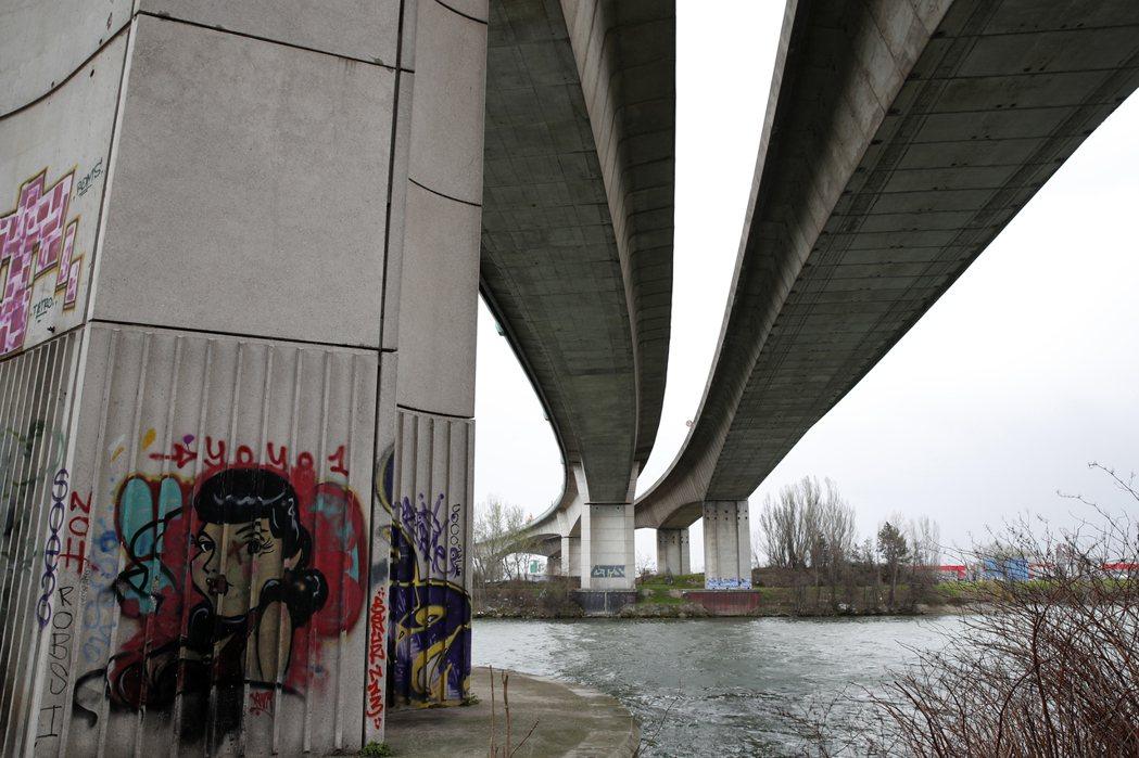 事發的A15號公路橋墩。 圖/路透社