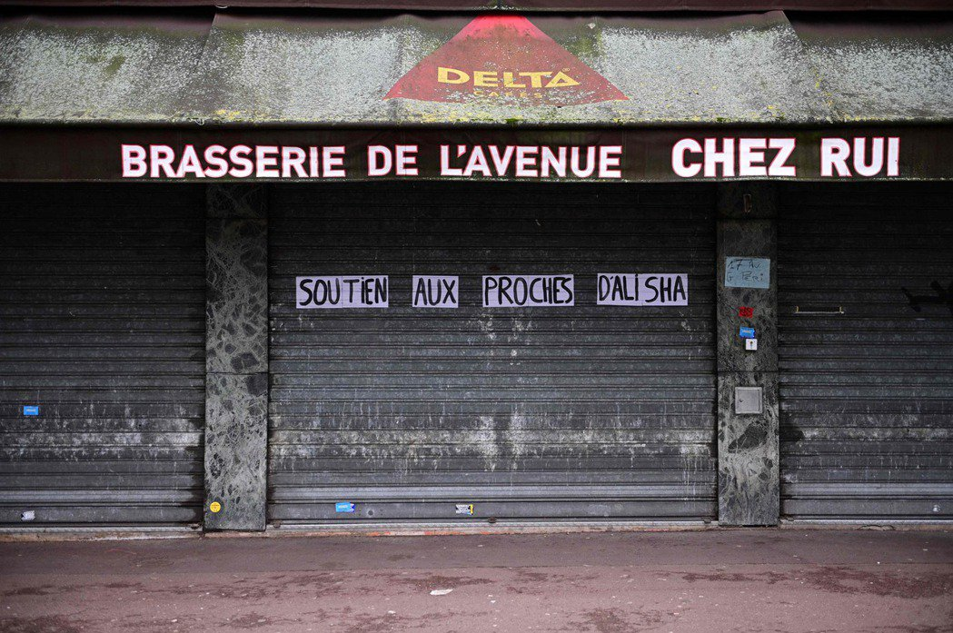 一家關閉的餐館,上頭寫著「向艾莉莎的家屬提供支持」。 圖/法新社