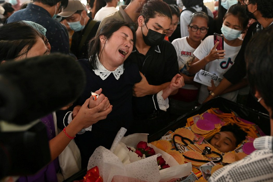 Khant Nyar Hein的葬禮上,其母親難掩悲痛。 圖/路透社