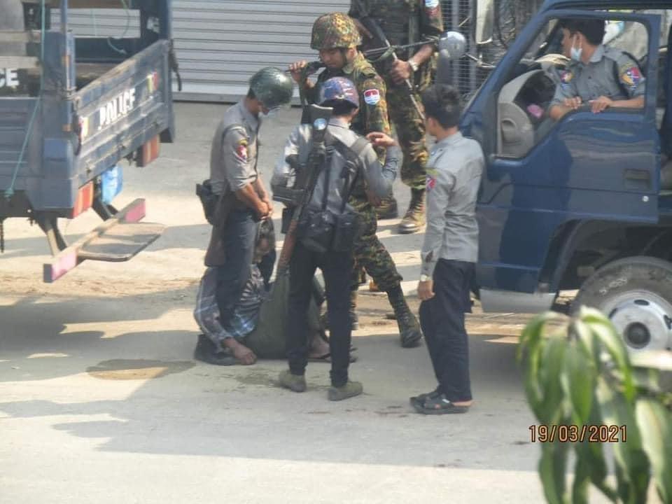 軍方在仰光街頭暴力對待示威者。 圖/取自路透社記者soe zeya tun推特