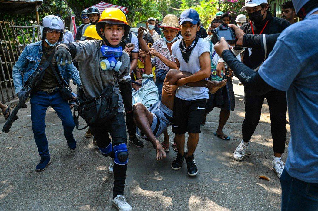 3月19日在仰光遭軍方鎮壓受傷的示威者。 圖/路透社