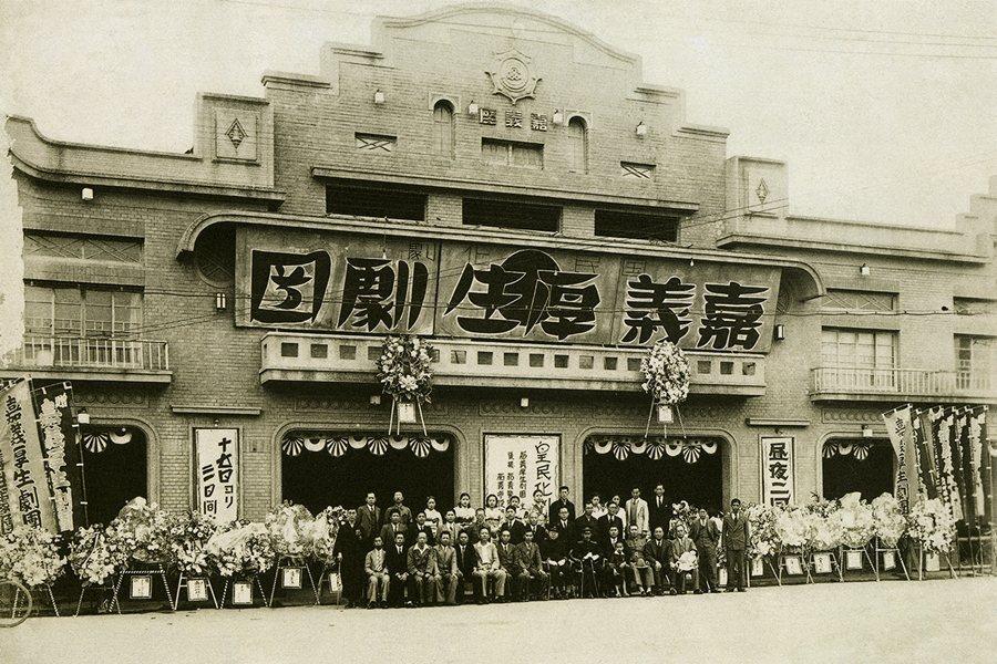 圖為日治末期皇民化運動期間的第二代嘉義座前,座主為日本人高松豐次郎。 圖/國家文化記憶庫