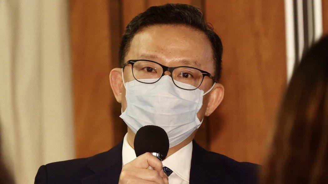 新光銀行總經理謝長融昨(18)日在法說會上回答法人提問。記者黃義書/攝影