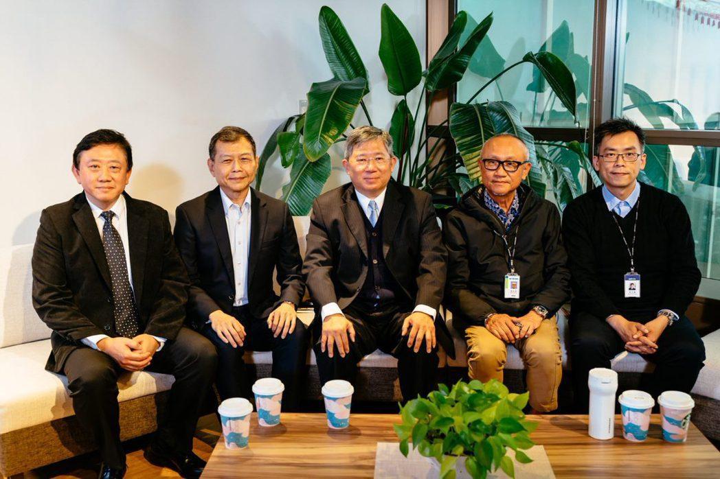 緯育股份有限公司營運長黃永鑫(右起)、緯創副董事長黃柏漙、LiveABC總經理 ...