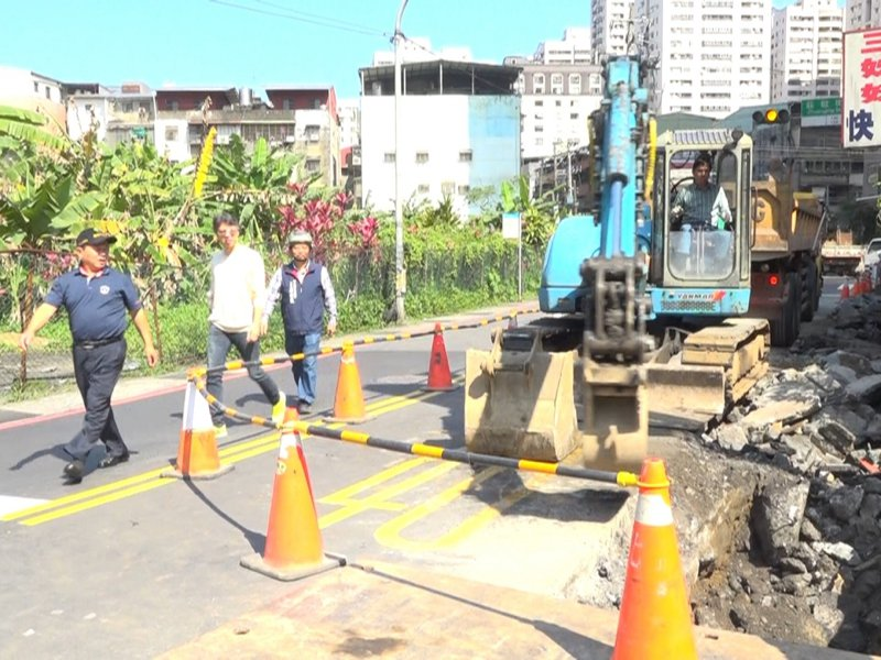 汐止水源路一段容易積淹水,區公所正在進行排水改善工程,預計四月底完工。 圖/觀天下有線電視提供