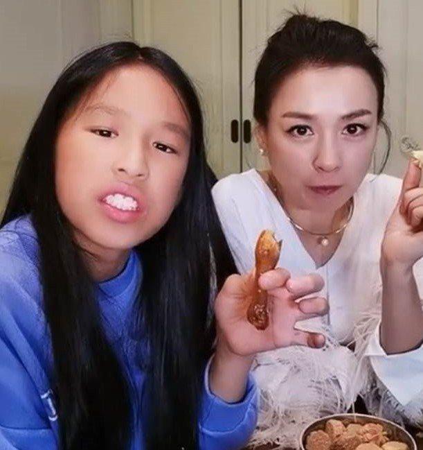 張庭(右)女兒昔日被酸長得不好看。圖/摘自微博