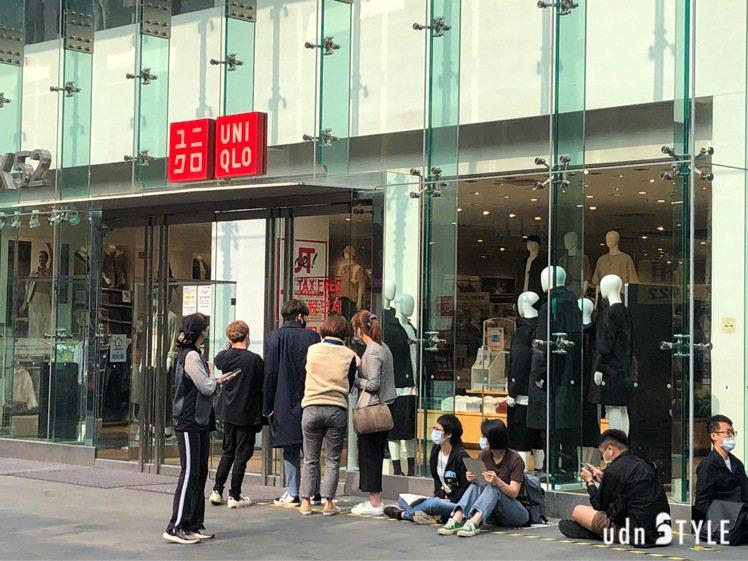 位於西門町鬧區的UNIQLO旗艦店,最早在凌晨一點就有民眾前往排隊,搶買聯名+J...